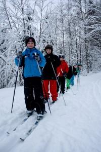 Maahisten viikonlopun pituisella talviretkellä hiihdettiin. Yöt nukuttiin sisällä isossa mökissä.