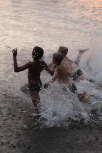 Toiminnallisten ohjelmien välissä leiriläiset voivat viettää vapaa-aikaa kavereiden kanssa teltassa karkkia mussuttaen -myös uimaan pääsee!